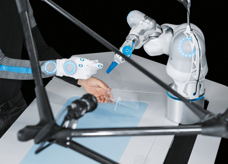 Human-robot collaboration with artificial intelligence